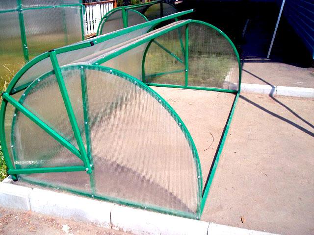 Парник из дуг с покрытием из поликарбоната