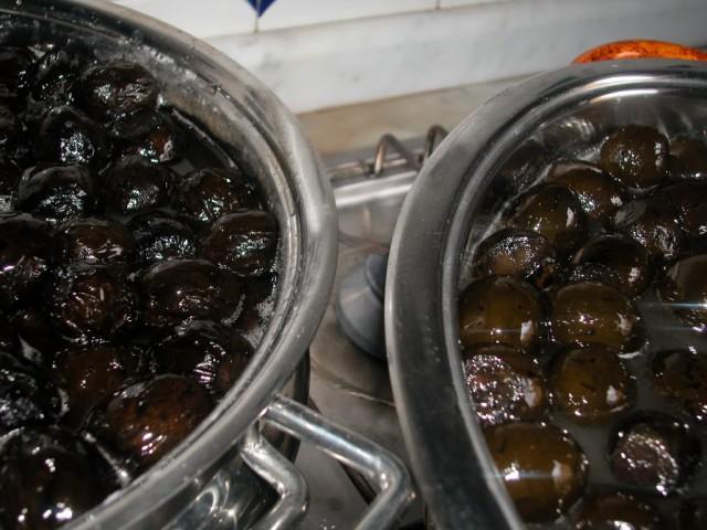 Варится варенье из грецких орехов 5 раз по 5-7 минут