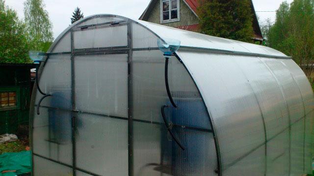 Слив воды с крыши теплицы