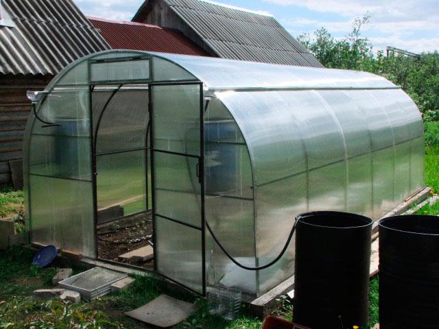 Водосток с крыши необходим для поддержания влажности в теплице