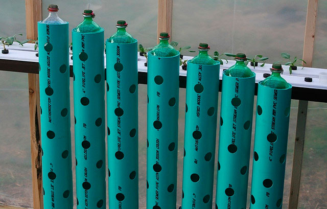 Вертикальные грядки из труб и бутылок